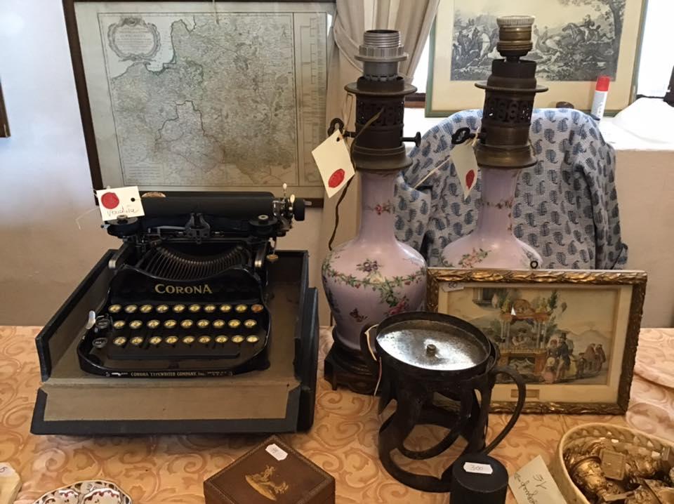 macchina da scrivere e altri oggetti primi 900