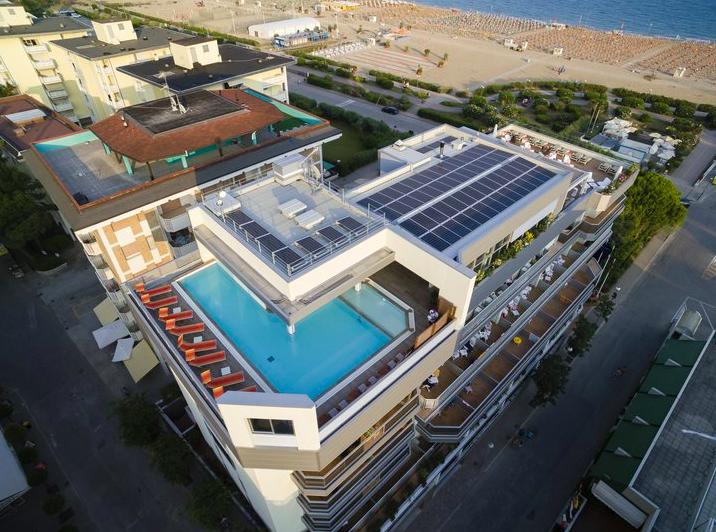 vista panoramica hotel ambassador con piscina sul tetto
