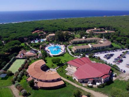 villaggio immerso nel verde direttamente sul mare con piscina e parco