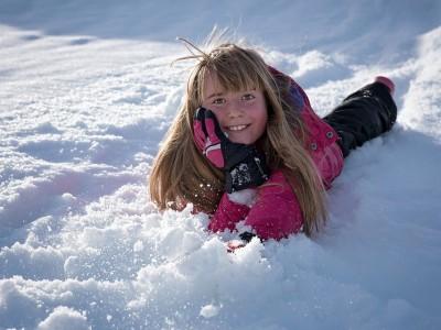 bimba che gioca sulla neve