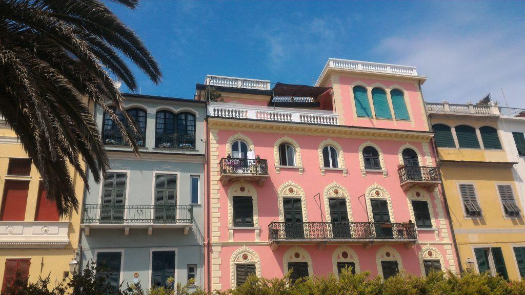 case colorate del borgo antico di Celle Ligure